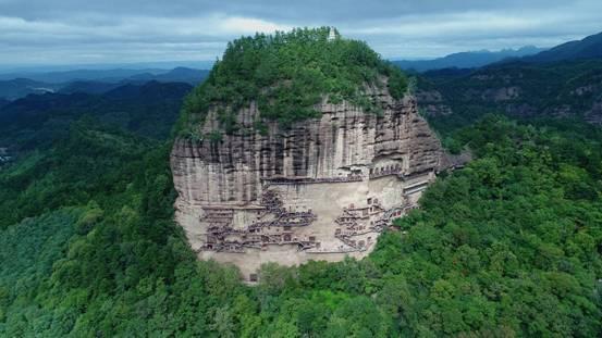 山峰的西南面为悬崖峭壁,中国著名的四大石窟之一——麦积山石窟就