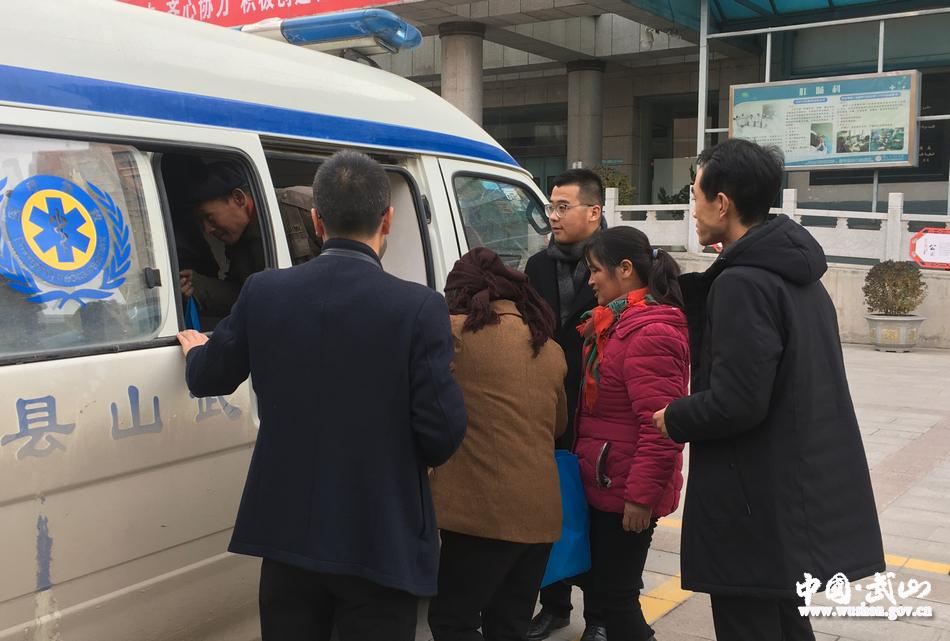 武山县政府办组织帮扶村贫困群众办理慢特病门