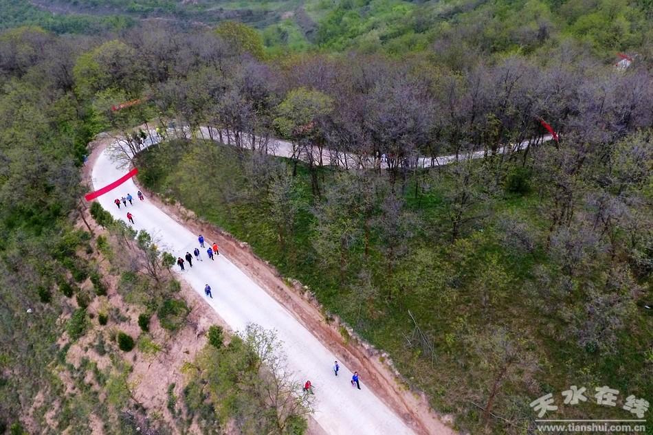天水在线航拍:秦州区举行首届全民徒步登山活动(图)