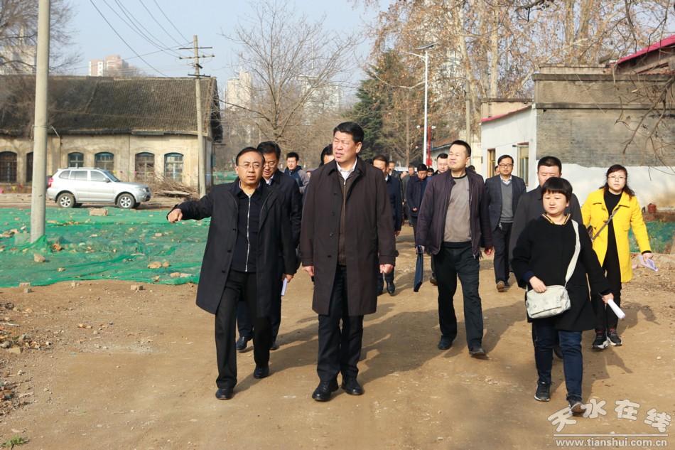 王军市长对岷山厂搬迁与公园建设进行现场办公