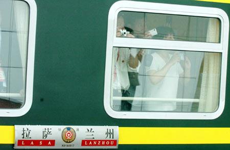 昨日记者在青藏铁路开通首日第一时间进行了采访