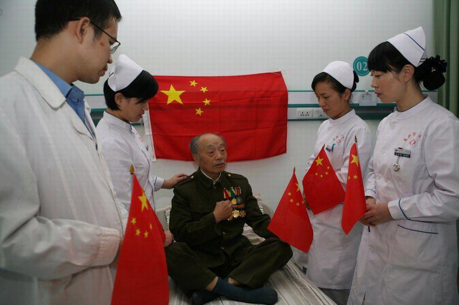 湖北襄樊:五星红旗飘进病房